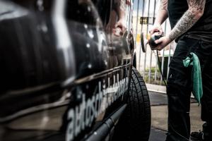 u kunt bij ons uw auto laten poetsen polijsten wassen en het interieur laten reinigen of het nu om een nieuwe oude grote of kleine auto